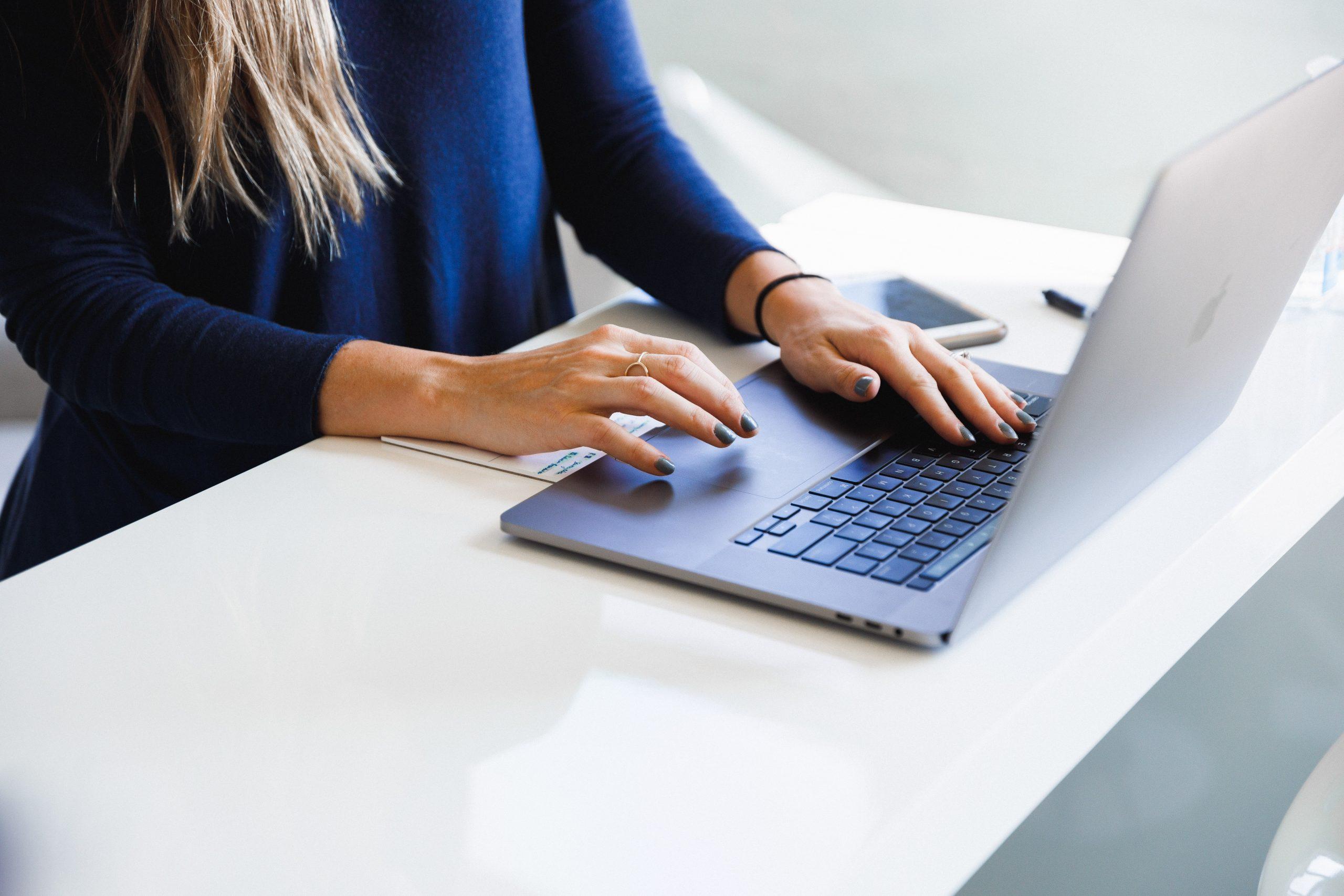 Agorapulse Review: Woman using social media management tool Agorapulse to manage online content